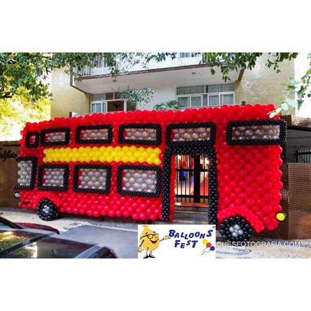 decoracao festa londres:ônibus de Londres na entrada mostrava o tema da festa, onde os
