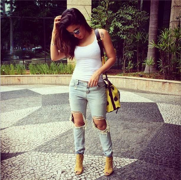 Anitta aparece com calça rasgada nos joelhos e divide opiniões