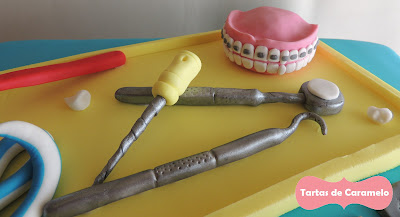 Tarta del dentista: dentadura con brackets, lima ortodóncica, espejo dental y sonda de exploración