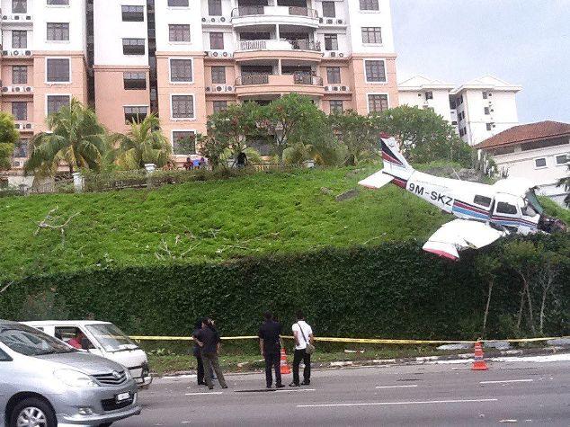 Gambar pesawat ringan terhempas di cheng height melaka