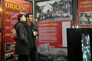 O casal Robson Freiman e Monica Rodrigues aprovou a exposição montada no estande da Cultura