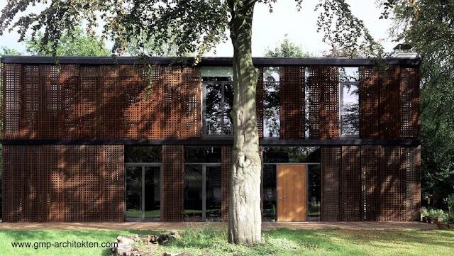 Fachada de la residencia con cubierta de persianas metálicas caladas deslizantes
