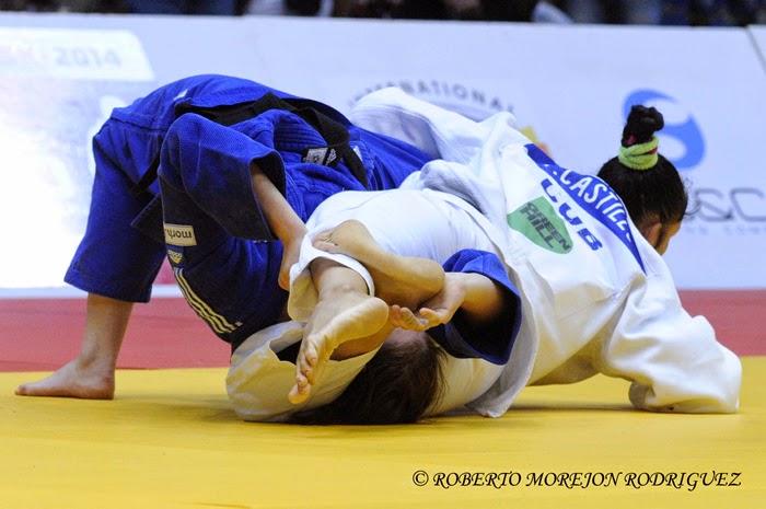 Yalennis Castillo  (kimono blanco), de Cuba, derrota a  Ivana  Maranic, de Croacia,  durante el repechage de hasta 78 kilogramos, en la jornada final del Grand Prix de Judo, en el coliseo de la Ciudad Deportiva, en La Habana, Cuba, el 8 de junio de 2014.