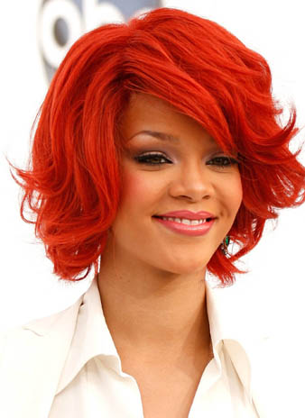 Rihanna kısa katlı saç kesim modeli ve Rihanna kızıl saç rengi