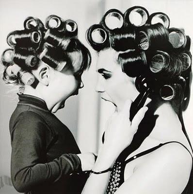 madre e hija con rolos