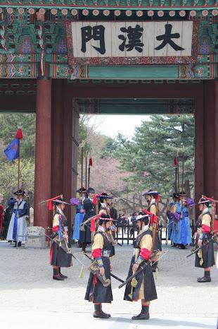 Vigilando la entrada principal del palacio Deoksugung