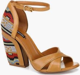sandálias de couro com salto bordado Arezzo verão