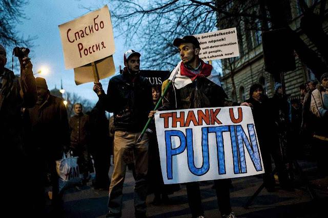 Ativistas prò-Putin diante da embaixada russa em Budapeste. A Hungria foi uma das grandes vítimas da URSS que ressurge ardilosamente.