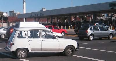 O Renault 4 foi produzido na Argentina entre 1963 e 1975 pela IKA - Industrias Kaiser Argentina, e pela própria Renault até 1987. A IKA foi uma espécie de prima da Willys Overland do Brasil, que também fabricava modelos licenciados da Renault francesa e Jeep americana. Repare na rodas do modelo, idênticas ao do primeiro Corcel da Ford e do Gordini da Renault. A explicação: o projeto original do Corcel era da Willys Overland, que foi comprada pela Ford no Brasil em 1968.