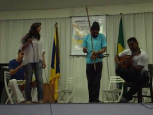 Pedro  Leite (percussão), Luiza  Aguiar (voz)