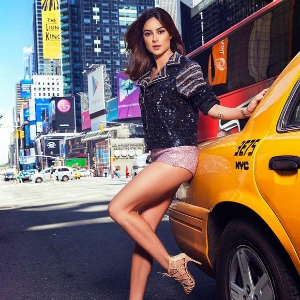 De shortinho curtinho, Thaila Ayala posou para um ensaio, feito durante a temporada que morou em Nova York