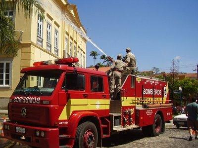 Brasil: Mais de 2.000 bombeiros invadiram quartel-general para pedir aumento salarial