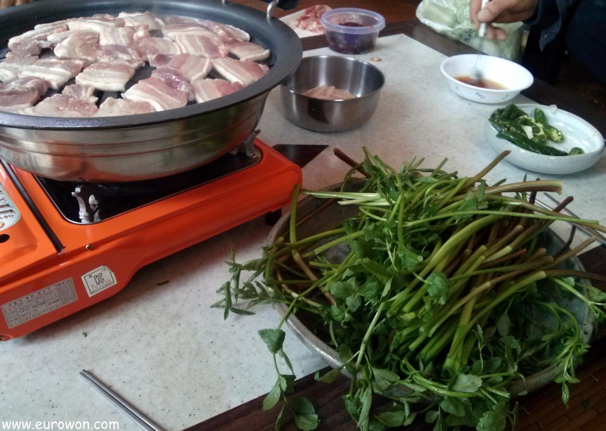 Mesa con apio chino y panceta de cerdo
