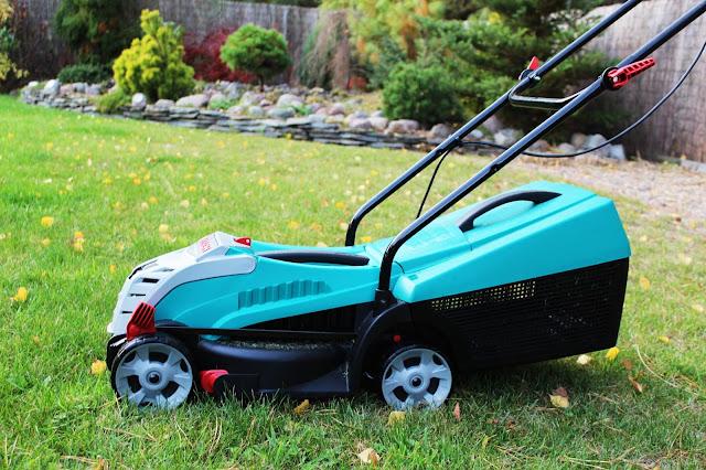 ostatnie koszenie przed zimą, jak zabezpieczyć trawnik na zimę ogród co robimy jesienią,blog ogró dom porady inspiracje DIY, bosch rotak, bosch odkurzacz ogrodowy