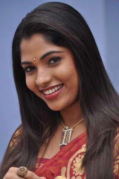 smiling beauty banu puthumukhangal thevai movie saree hot images