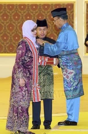 Tunku Datuk Dr Sofiah Tunku Md Jewa menerima darjah Panglima Jasa