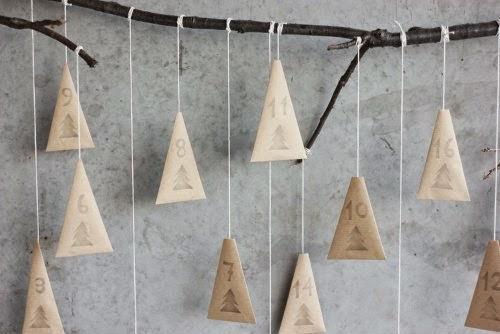 Calendario Adviento de guirnalda con arboles de papel kraft