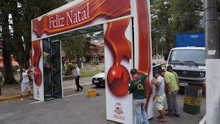 Funcionários da Prefeitura atuam na instalação do pórtico de Natal na Feirinha do Alto
