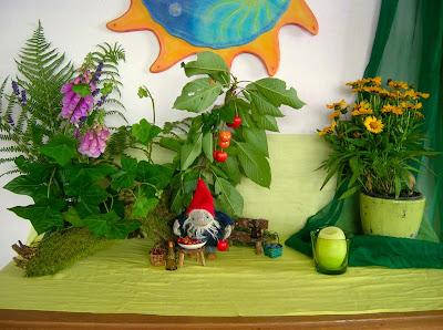 Jahreszeitentisch im Juli, Waldorfkindergarten, Hottinger Zwerg, Glühwürmchen, Mittsommer, Puppenspiel im Waldorfkindergarten