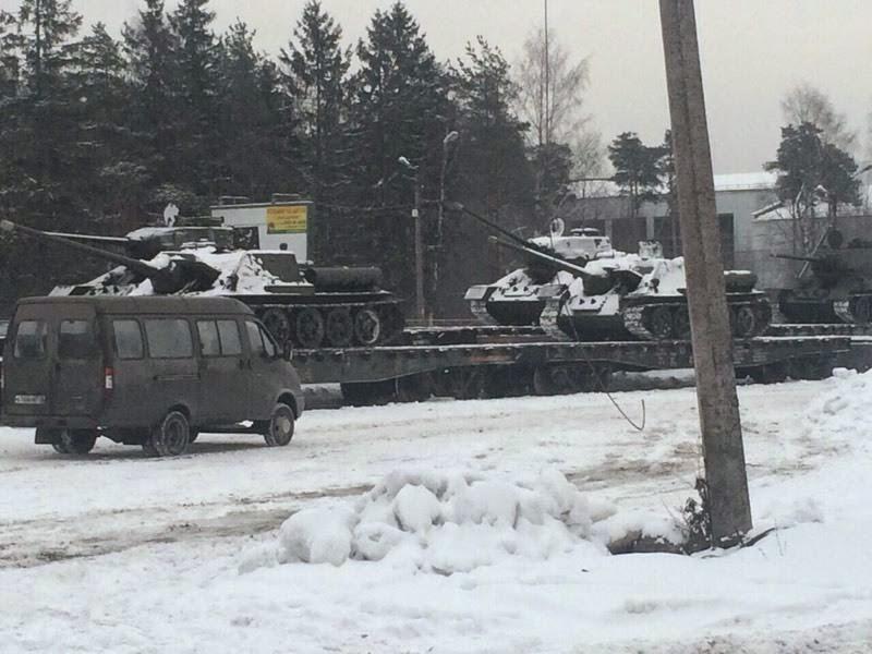 Vale tudo: comboio de tanques de modelos da II Guerra Mundial,  rumo a Rostov, perto do leste ucraniano