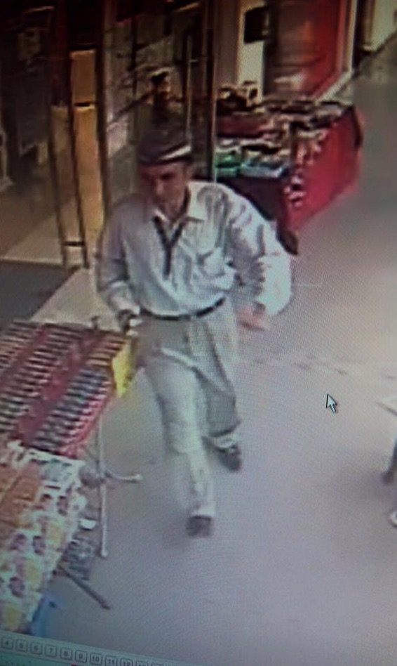 Jangan biar bahu anda ditepuk 2 lelaki ini ketika sedang memasukkan duit dalam mesin ATM