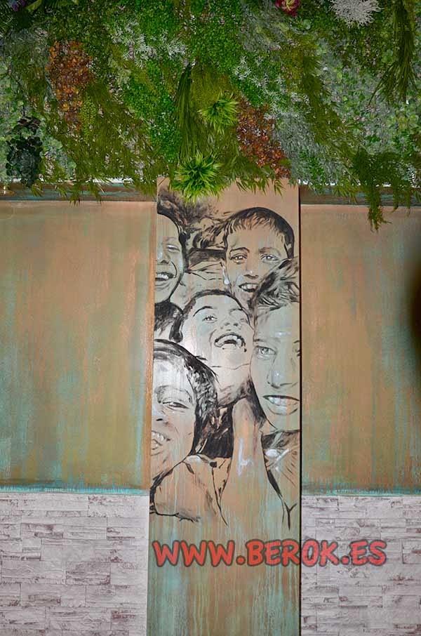 Mural de niños pintado en columna