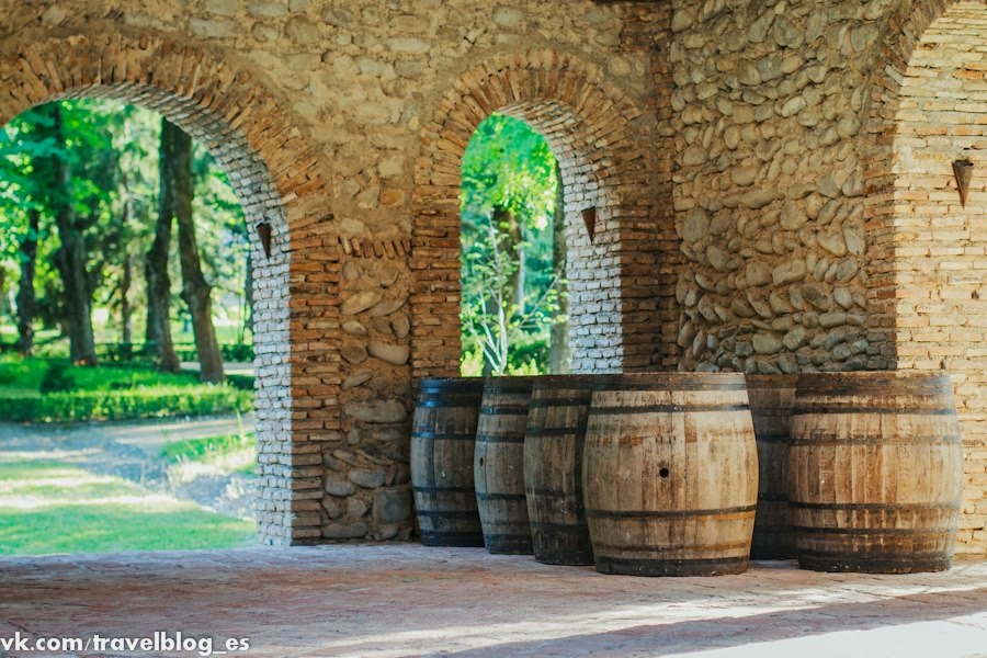 Бочки с вином в Цинандали