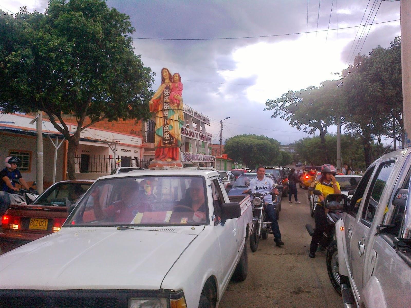 Yovani conducía el vehículo llevando la imagen de la Virgen del Carmen por la calle 0 esquina de calle 3 punto de partida de la caravana Foto Félix Contreras OngAE 16Jul2014