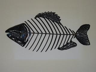 Une série de poissons en fer forge