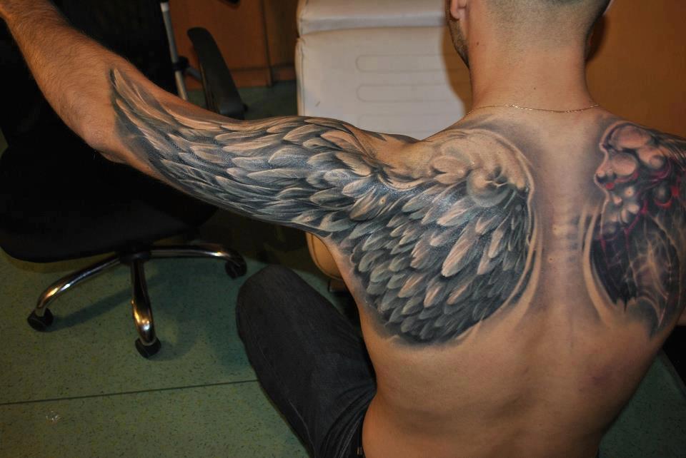 Тату крылья на спине с переходом на руки