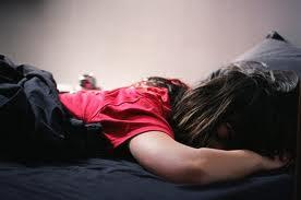 فتاة نامت ولم تصلي ...أنظروا ماذا حصل لها في الليل ! سبحان الله !!!