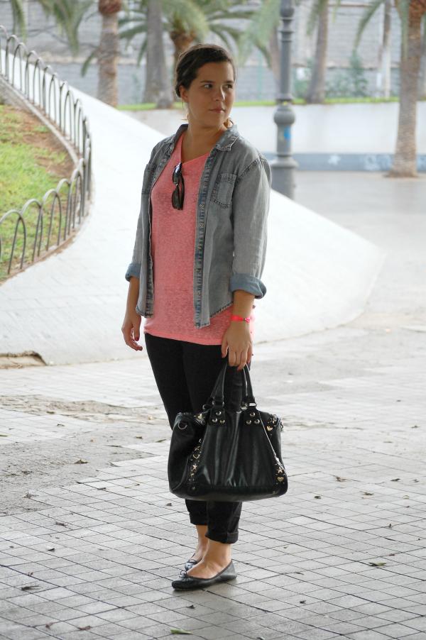 look_outfit_cómodo_básico_camisa_vaquera_camiseta_flúor_nudelolablog_05