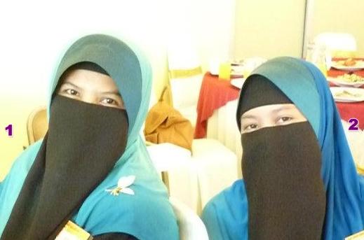 Isteri pertama Ustaz Azhar, Rogayah Binti sulong, 42 tahun (kiri) dan ...