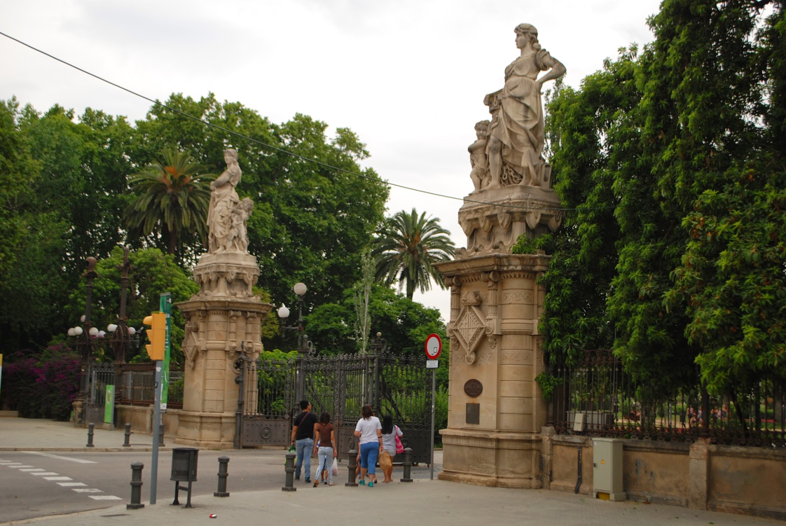 Вход в парк Цитадели (Сьютаделья, Ciutadella), Барселона, Каталония, Испания. Parc de la Ciutadella, Barcelona, Catalonia, Spain