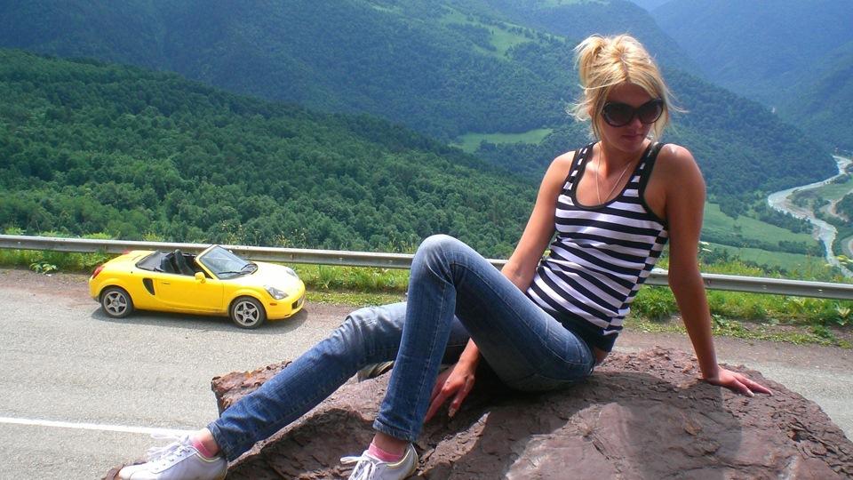 Toyota MR2 W30, spyder, japońskie sportowe auto, tuning, 1999, 2007, jdm, żółty kolor nadwozia, dziewczyna, laska, panna, samochód, オープンカー