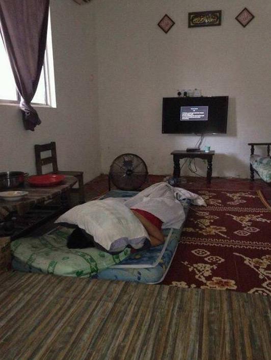 Ayah Kesal Tukang Indonesia Calit Minyak Dagu Pada Anak Perempuannya