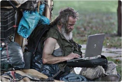 Mendigo usando notebook