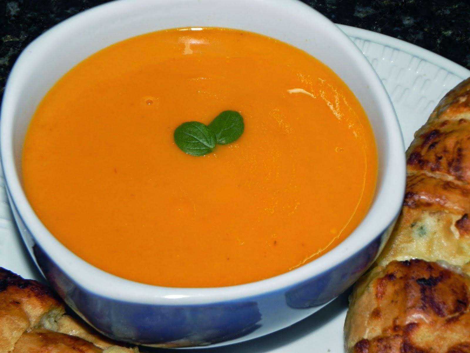 sopa de tomates servida com pão de alho
