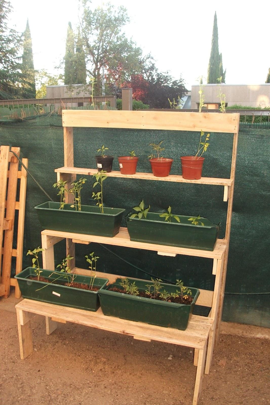 Renovarte con palets para el jardin y huerto for Mueble para plantas exterior