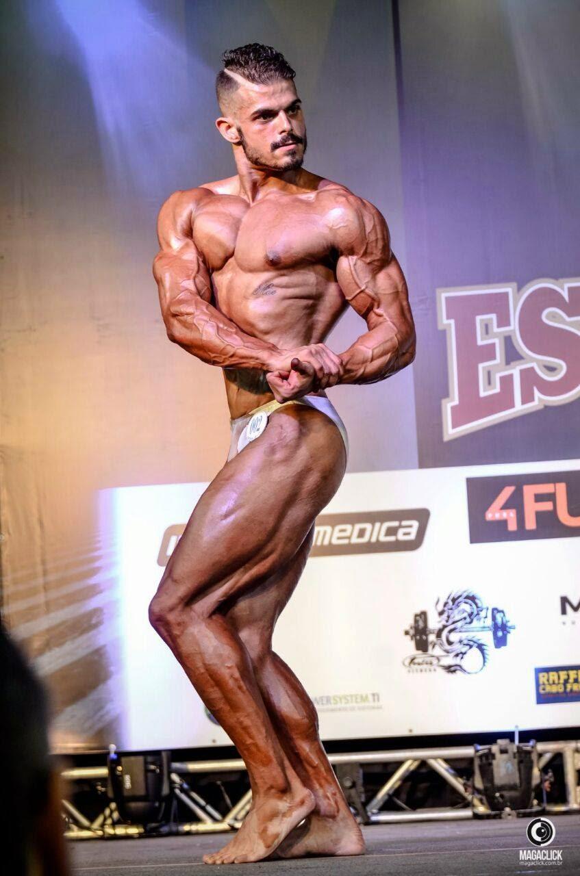 Arthur Soares se apresenta no palco do Campeonato Estreantes IFBB-RIO 2015. Foto: Marcelo Magalhães