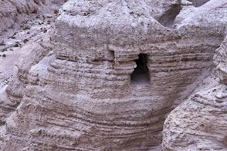 descoberta arqueológica do século XX e foram encontrados no final da década de 1940. Trata-se de uma coleção de documentos que inclui os textos bíblicos mais antigos conhecidos, datando de 2 mil anos atrás. Abaixo, seguem alguns dados interessantes sobre sua descoberta e importância histórica incalculável