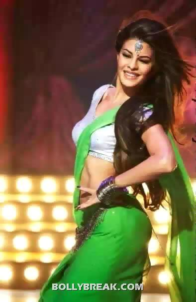 Jacqueline Fernandes hot navel in green saree - housefull 2 - (11) - Best Navel in Bollywood - Actresses with perfect Waistline
