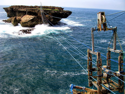 Menguji Adrenalin Dengan Jembatan Tali Di Pantai Timang Gunung Kidul