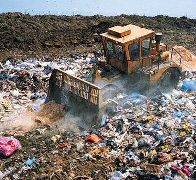 Müll wird auf der Deponie verteilt