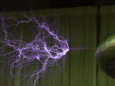 Filamentos de una descarga eléctrica en plasma, en laboratorio