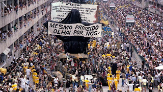 Procession of the Beija-Flor samba school in 1989. Photograph shared on the Geografia e Tal blog.