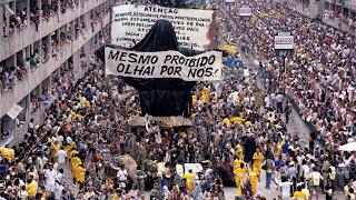 Desfile da escola de samba Beija-Flor em 1989. Foto partilhada pelo blog Geografia e Tal.
