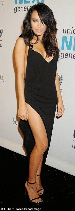 الممثلة الأمريكية نايا ريفيرا في فستان أسود أنيق خلال حضورها  حفل خيري لليونيسف
