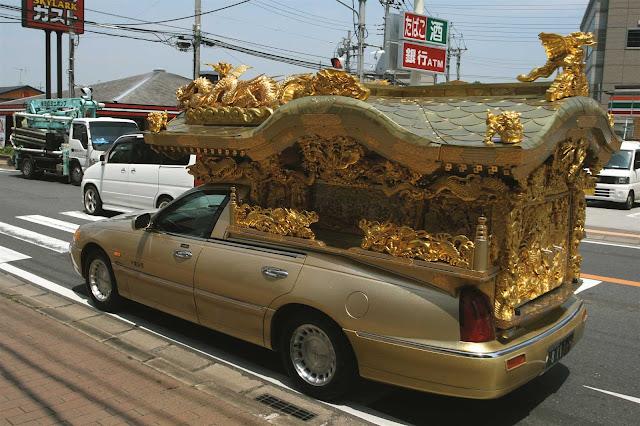 """Noticias Insólitas: """"La grúa municipal se lleva un coche fúnebre con un ataúd en su interior"""