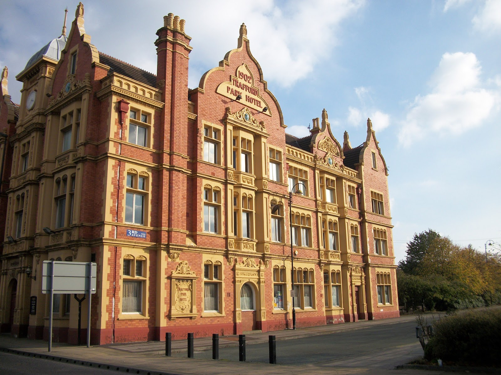 Pubs of Manchester: Trafford Park Hotel, Ashburton Road / Village Way